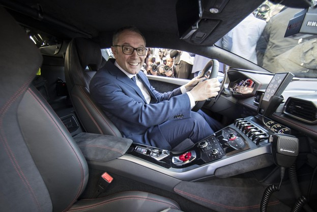 Prezes Stefano Domenicali za kierownica policyjnego Lamborghini.