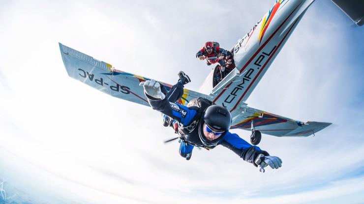 Polak chce pobić rekord świata w skoku ze spadochronem. Ma szczytny cel