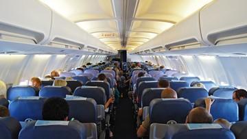 Akcja ratunkowa w przestworzach. Pilot i pasażerowie samolotu pomogli lekarzowi uratować noworodka