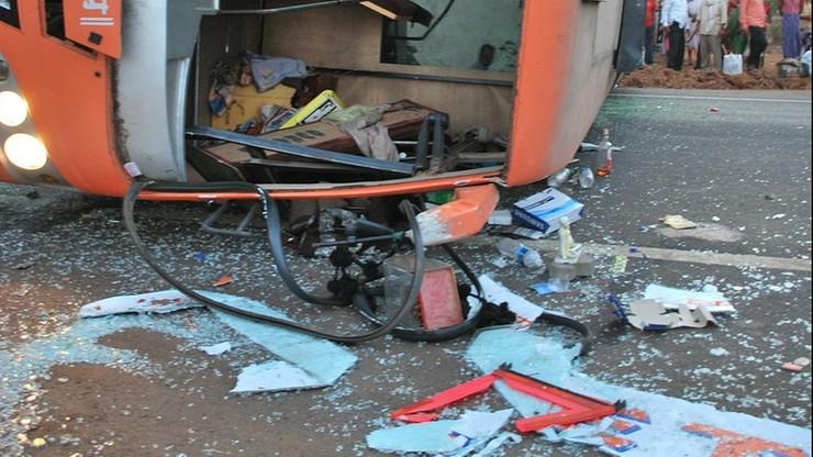 Zderzenie autobusu z ciężarówką. Nie żyją co najmniej 53 osoby