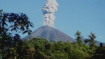 Wstrząsy i chmura popiołu wysoka na półtora kilometra. Erupcja wulkanu w Ekwadorze