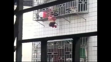 Zwisała z balkonu na czwartym piętrze z głową między prętami