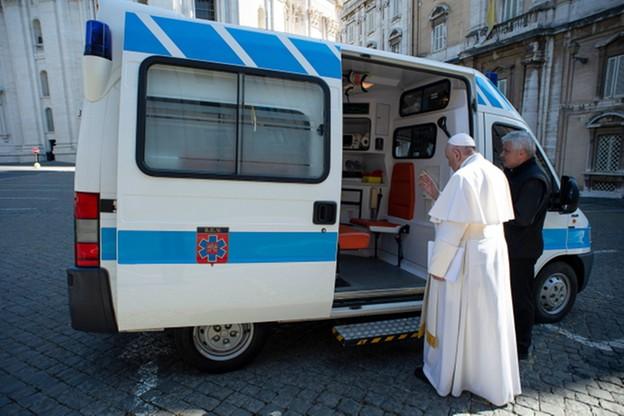 """Papież przekazał ambulans do dyspozycji bezdomnych. """"Korzystali z niego biskupi, teraz ubodzy"""""""