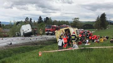 Jedna osoba nie żyje, dwie poważnie ranne, w sumie 32 poszkodowanych. Groźny wypadek na Zakopiance