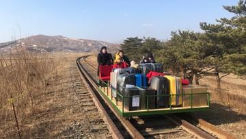 Rosyjscy dyplomaci pchali wózek z bagażami po szynach. Tak wracali z Korei Północnej