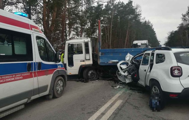 Kierujący autem osobowym zginął na miejscu.
