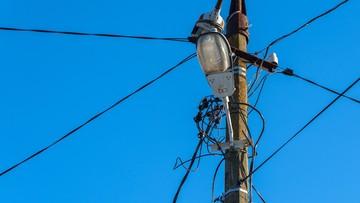 Elektryk uratował sąsiadkę. Nie było prądu, respirator podłączył do latarni