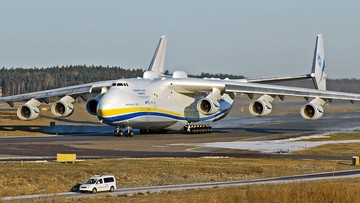 Największy samolot świata leci do Polski. Przywiezie sprzęt medyczny