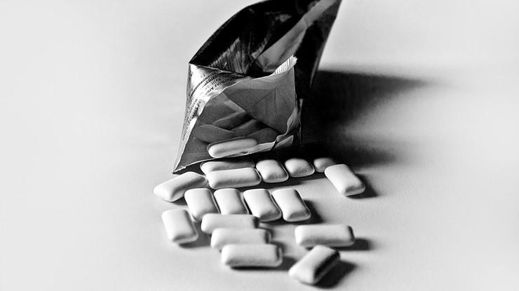 Niebezpieczna substancja w gumach do żucia i słodyczach. Może powodować raka