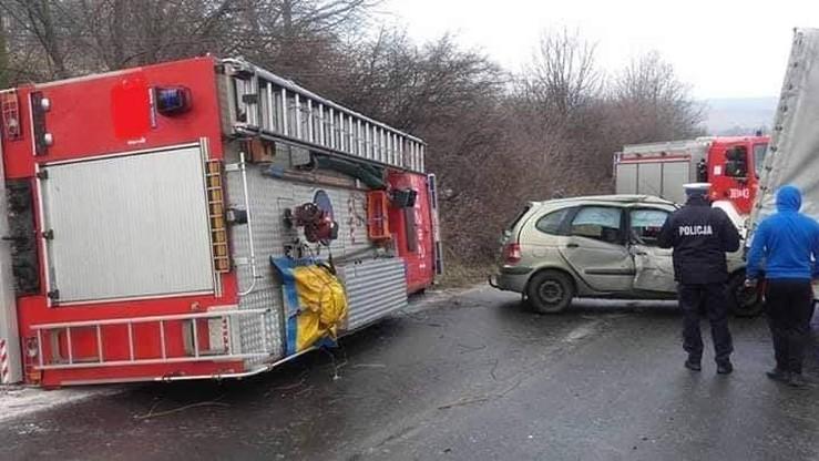Strażacy jechali do wypadku. Wpadli na śliski odcinek jezdni i skończyli na boku w rowie