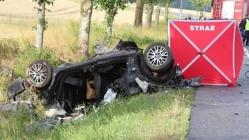 Samochód wypadł z drogi i uderzył w drzewo. Nie żyją dwie młode osoby