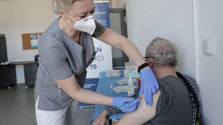 Zakażenie po przyjęciu szczepionki. Pojawiają się kolejne przypadki