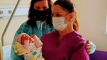 Starosta pozowała do zdjęć z noworodkami. Ojcowie do szpitala wejść nie mogą