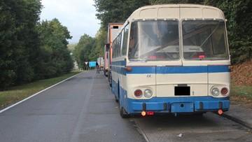 Przewoził auto wewnątrz... autobusu. Policjanci myśleli, że to żart, ale zobaczyli to na własne oczy