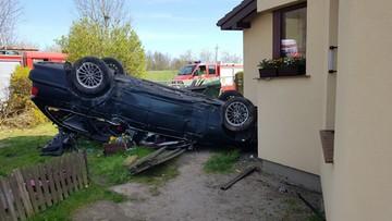 Wypadek niedaleko Mielna. BMW wylądowało w ogrodzie. Na dachu