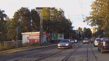 Radiowóz ominął pieszych na przejściu. Policjanta nie ominie surowa kara