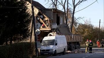 Ciężarówka wjechała w budynek. Na miejscu policja i strażacy