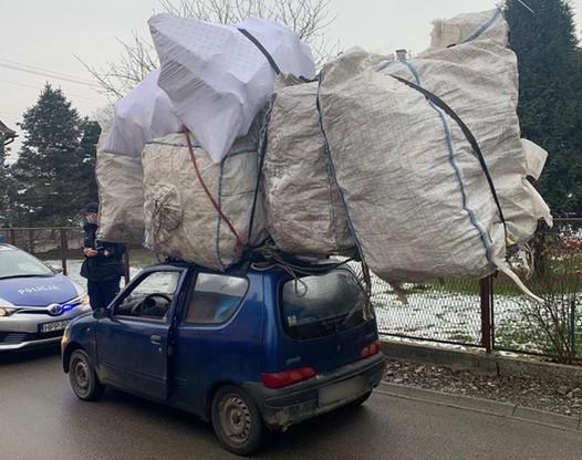 Bagaż spiętrzony na dachu auta był dwa razy większy niż ono samo.