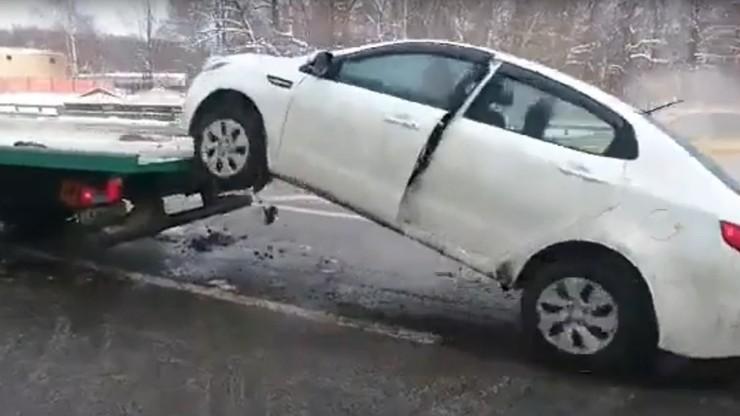 Chcieli mu odholować auto. Zjechał wprost z lawety i uciekł