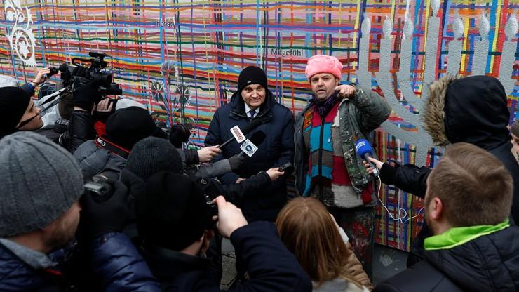 Akcja naprawienia zniszczonego muralu w Białymstoku. Ktoś namalował na nim swastykę. Pomagał prezydent