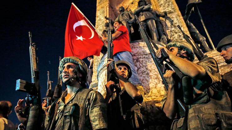 Rząd Turcji zwolnił niemal 1000 urzędników i wojskowych