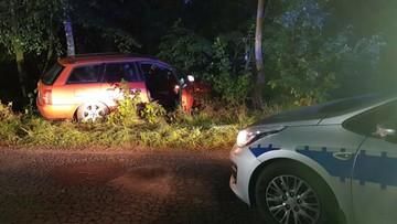 Pijany kierowca bez uprawnień uciekał przed policją. Wjechał w radiowóz, uderzył funkcjonariusza