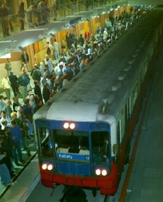 Pierwszy wjazd pociągu metra na stację Centrum, wybudowaną nieopodal Pałacu Kultury i Nauki (1998 rok)