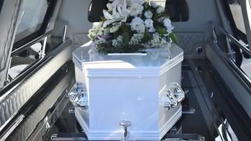 Podczas pogrzebu upuścili trumnę, spadła ze schodów