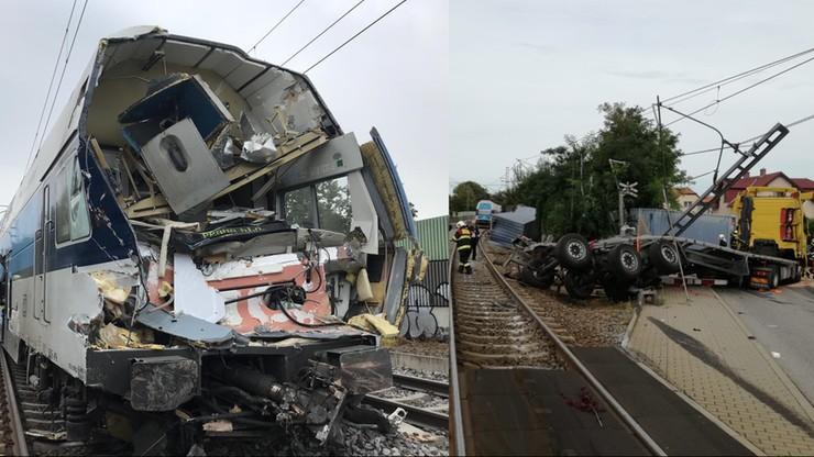 Pociąg z 300 pasażerami wjechał w ciężarówkę. Maszynista się ratował, szofer nawet nie wysiadł