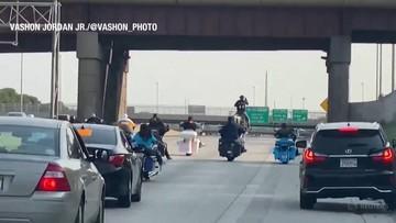 Jechał konno autostradą. Eskortowały go radiowozy [WIDEO]