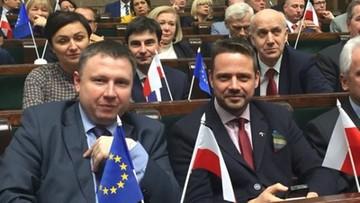 Posłowie PO z flagami Polski i UE. Na sejmowych pulpitach