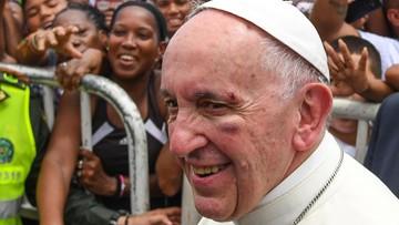 Papież Franciszek z niewielkimi obrażeniami na twarzy po gwałtownym hamowaniu papamobile
