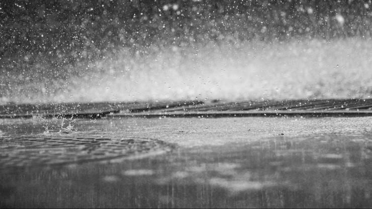 Mżawki i deszcz utrudnią jazdę kierowcom. Na Pomorzu silnie powieje