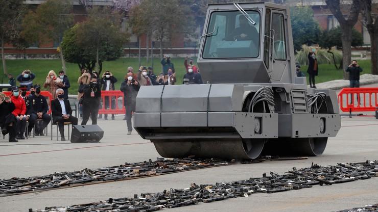1500 karabinów i pistoletów rozjechali walcem. Uroczyste zniszczenie broni ETA