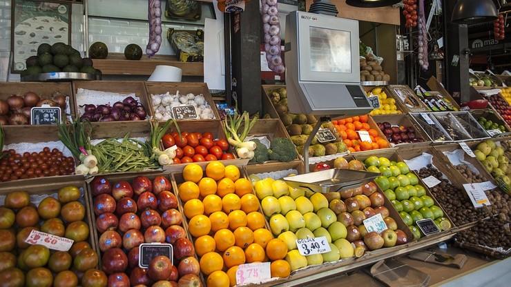 """Kod na marchewki zamiast na jabłka. Klient supermarketu pozwany za """"straty finansowe"""""""