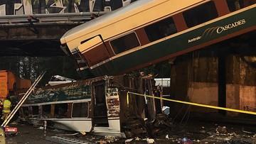 Katastrofa kolejowa w USA, jeden z wagonów spadł na autostradę. Są ofiary