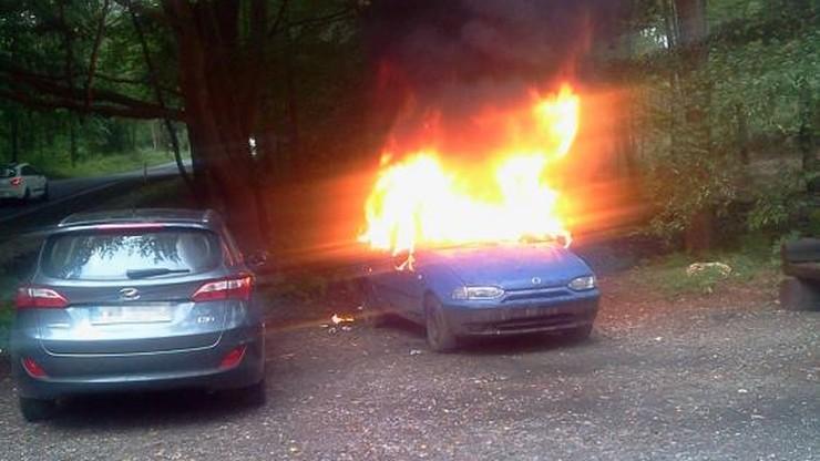 """36-latek doszczętnie spalił samochód. Próbował uciec łapiąc """"stopa"""""""