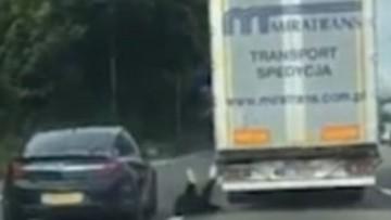 Wyskoczyli z polskiej ciężarówki na autostradzie w Wielkiej Brytanii. Policja aresztowała 13 migrantów