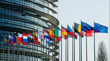 """KE """"miesza się w decyzje prawne Polski"""". B. doradca prezydenta USA krytykuje unijną procedurę"""