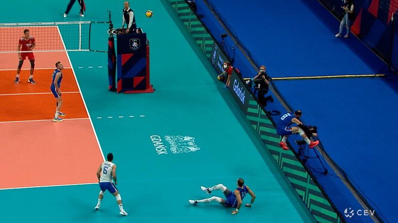Akcja turnieju w meczu Serbia - Turcja. Przebił piłkę zza trybun! (WIDEO)