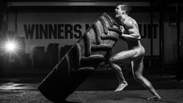 Nadzy sportowcy prężą muskuły i uczą, jak badać piersi partnerek