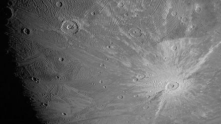 NASA pokazała pierwsze zdjęcia Ganimedesa od 20 lat. Księżyc wygląda pięknie