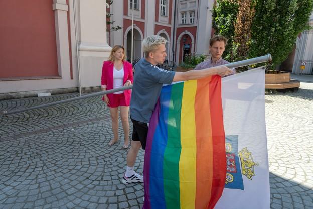 Poznań: tęczowa flaga na maszcie urzędu miasta