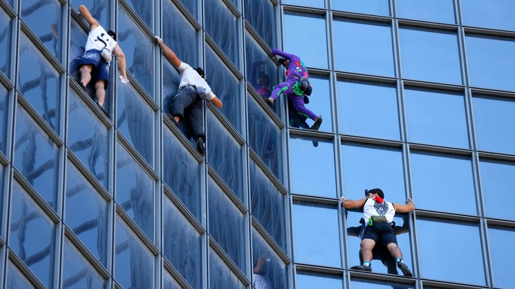 """Protest przeciw paszportom covidowym. Polak wspiął się ze """"Spider-Manem"""" na wieżowiec w Paryżu"""