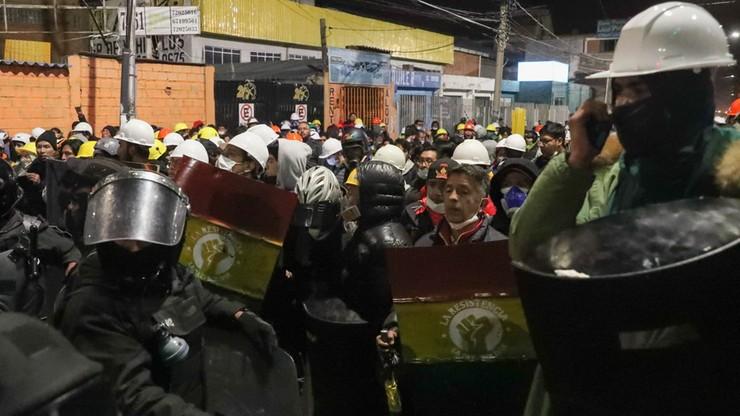 Przeciwnicy prezydenta Boliwii Evo Morales czuwają przy wyjściu z międzynarodowego lotniska El Alto w El Alto w Boliwii