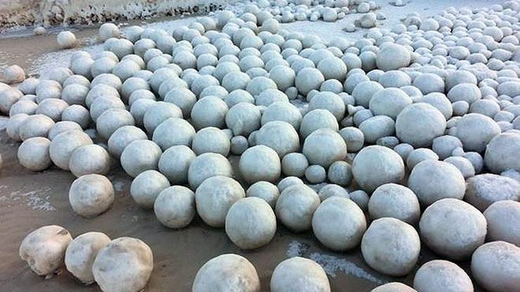 Tysiące lodowych kul na plaży. Niesamowite zjawisko w Rosji