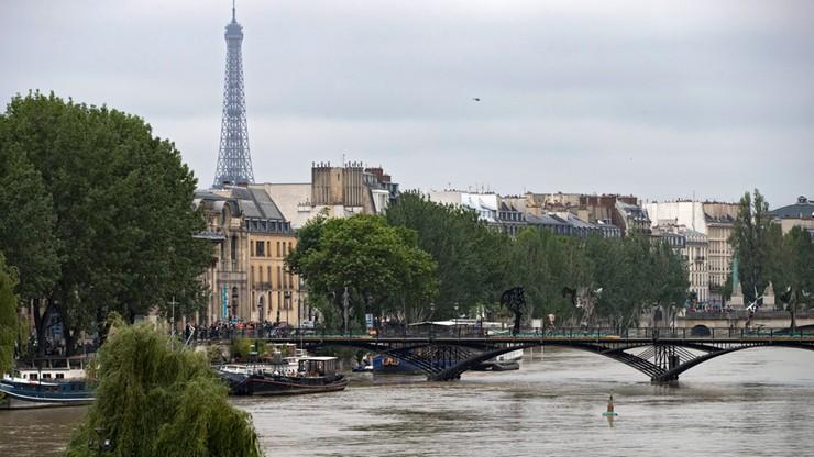 Woda w Sekwanie w Paryżu nieznacznie opadła
