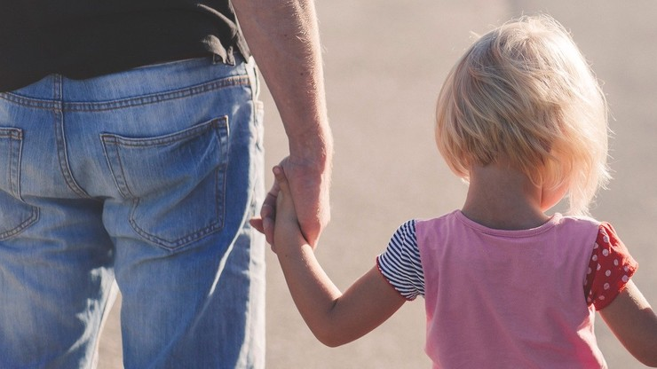 Dodatkowy zasiłek opiekuńczy dla rodziców. Do kiedy przysługuje?