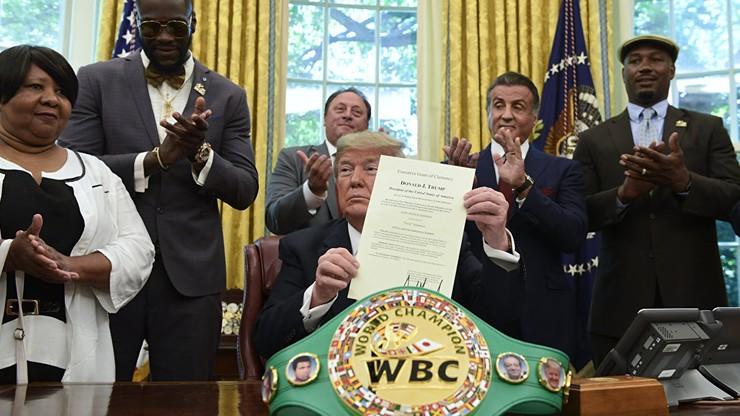 Trump ułaskawia Johnsona. Wilder, Lewis i Stallone w Białym Domu