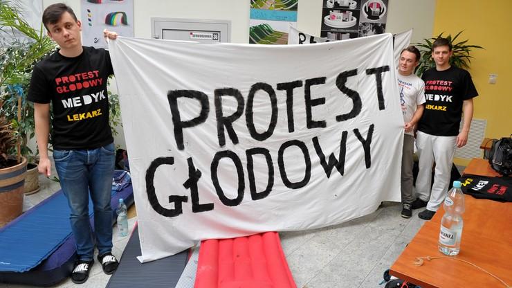 Lekarze rezydenci z Gdańska i Wrocławia dołączają do protestu głodowego